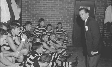 Moorabbin Coach Wilkie talks to team [picture].