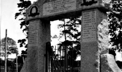 Memorial gate for WW1 in Mentone Park, Mentone Parade [picture].