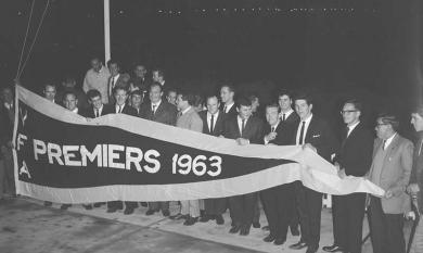 Moorabbin Club unfurling the winning 1963 pennant [picture].