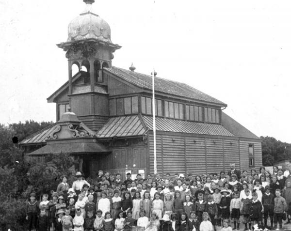 Chelsea State School children and teachers at Hoadley's Hall [picture]