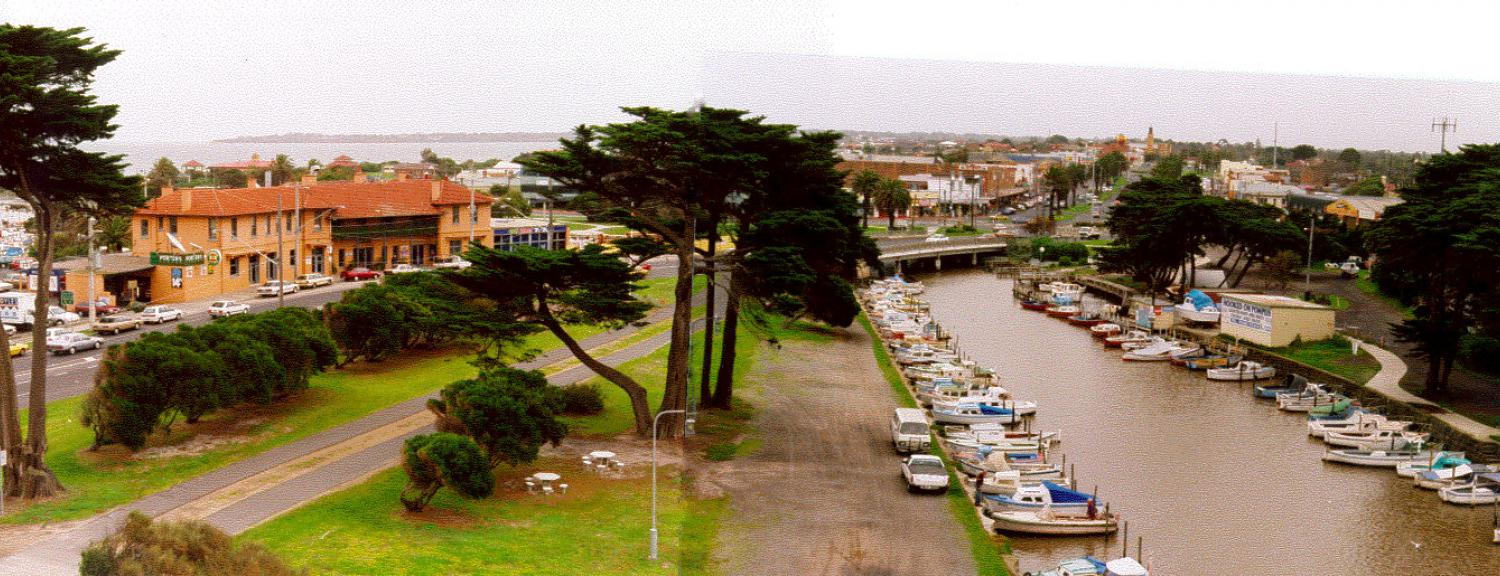 Bridge Hotel and Mordialloc Creek with Pompei's boats, 1998 [picture].